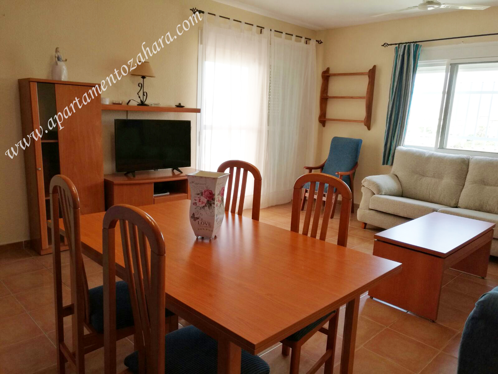 Apartamento zahara de los atunes for Fotos salon comedor